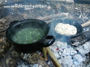 Brennnessel-Giersch-Gemuese und Kraeuterfladen am Lagerfeuer