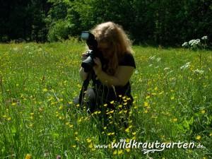 Ich beim Fotografieren von  Pflanzen in einer Wiese